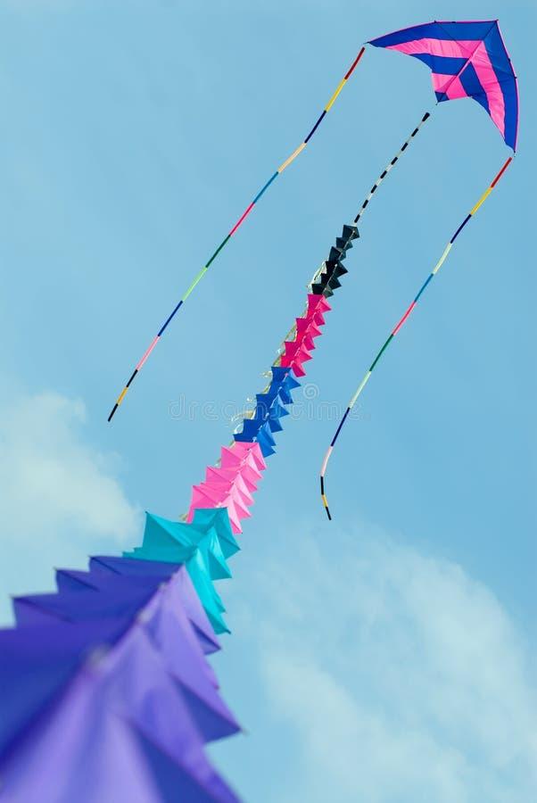 Cometa colorida en el cielo azul fotos de archivo