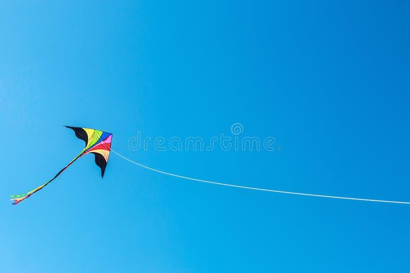 Cometa con la cola en cielo azul claro foto de archivo libre de regalías