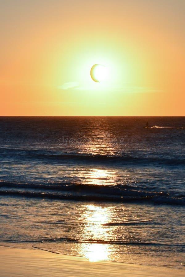 Cometa del Windsurfer delante del sol en la playa imagen de archivo libre de regalías