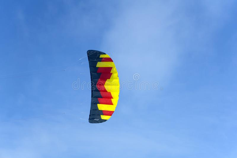Cometa multicolora brillante de los deportes contra el cielo azul imagen de archivo