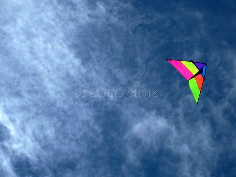 Cometa multicolora en el cielo imagenes de archivo