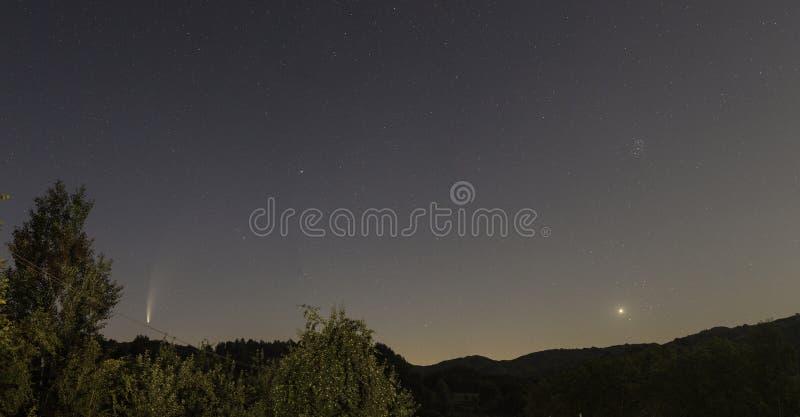 Cometa Neowise C/2020 F3 visto desde Breaza, Prahova foto de archivo