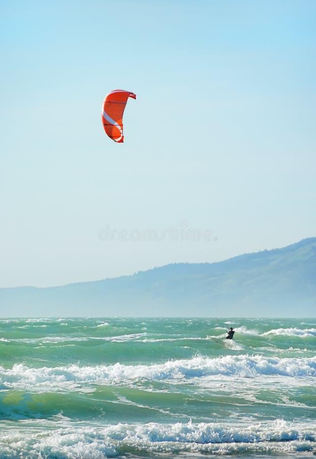 Cometa que practica surf en San Francisco imagen de archivo