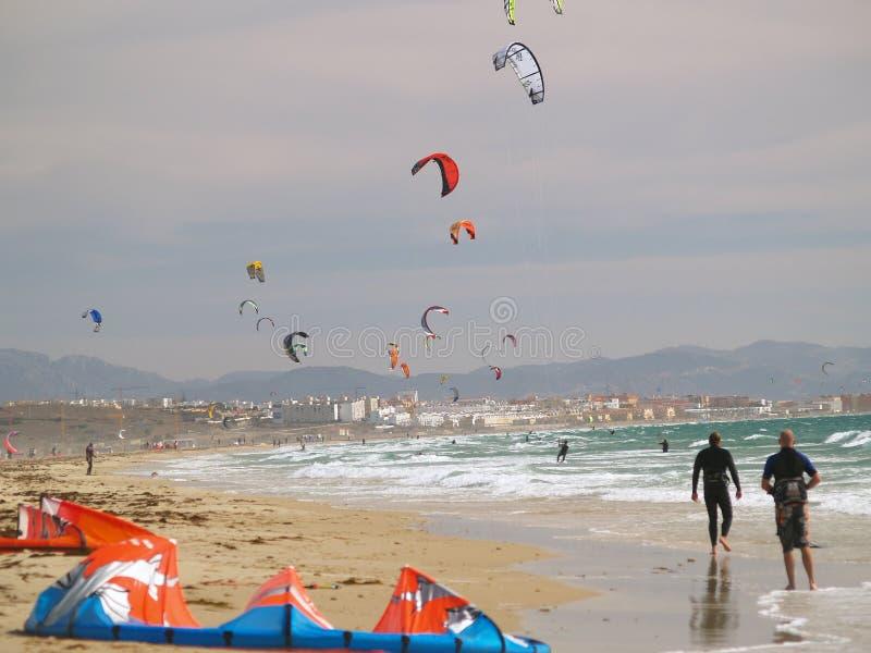 Cometa que practica surf en Tarifa, España meridional foto de archivo