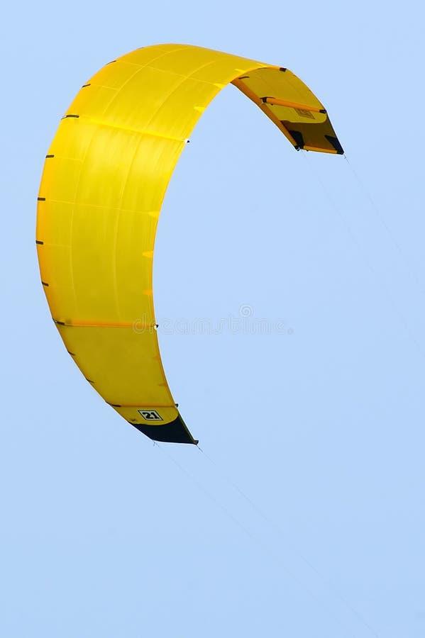 Cometa que practica surf w/Paths amarillo de la cometa imágenes de archivo libres de regalías