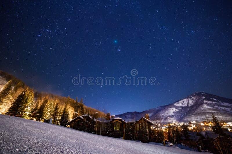 Cometa Wirtanen sopra Vail, Colorado durante il suo passaggio più vicino da interrare fotografia stock
