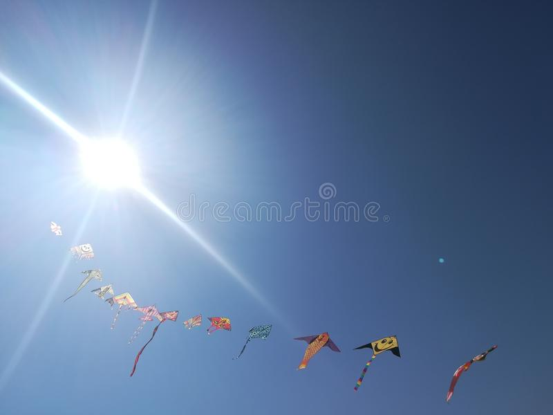 Cometas en el cielo azul fotos de archivo