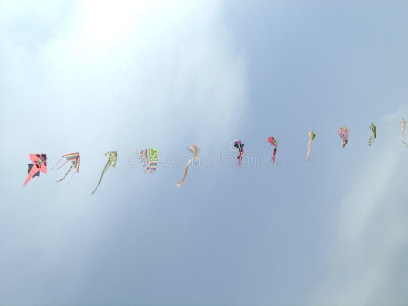 Cometas que vuelan en el cielo fotografía de archivo