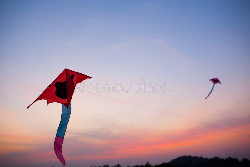 Cometas rojas que vuelan   fotos de archivo libres de regalías