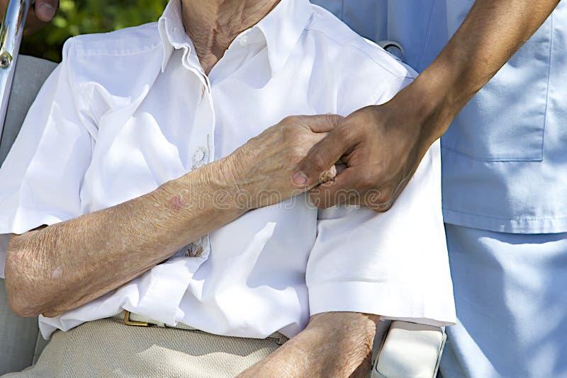 Comfort en Steun van een zorggever naar de Bejaarden royalty-vrije stock afbeelding