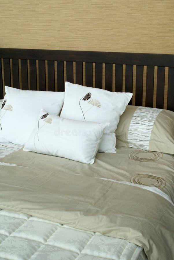 Comfortabel bed met hoofdkussens stock foto's