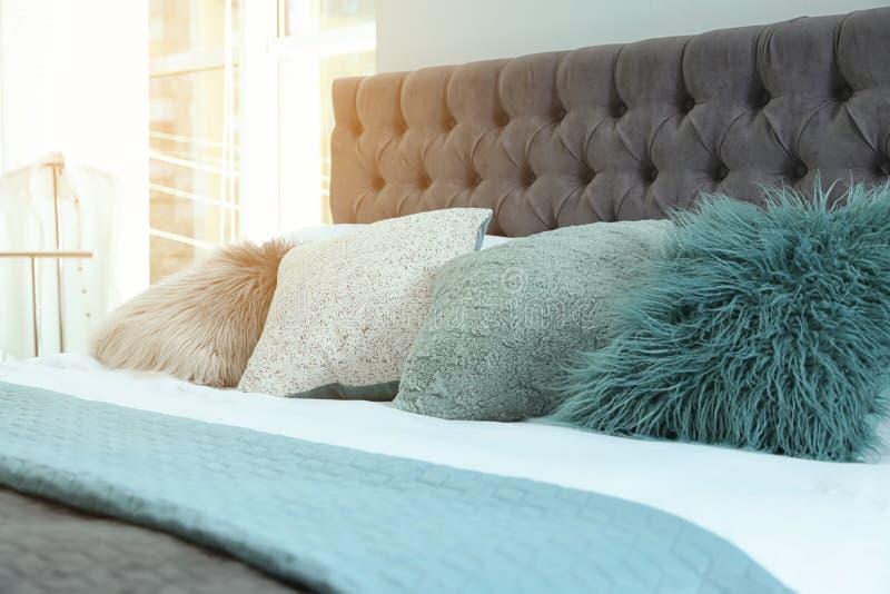 Comfortabel bed met verschillende hoofdkussens en plaid Idee voor binnenlands decor royalty-vrije stock afbeeldingen