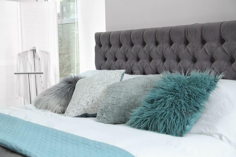 Comfortabel bed met verschillende hoofdkussens en plaid Idee voor binnenlands decor royalty-vrije stock foto's