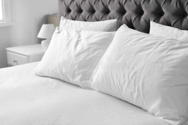 Comfortabel bed met witte linnen en hoofdkussens royalty-vrije stock foto