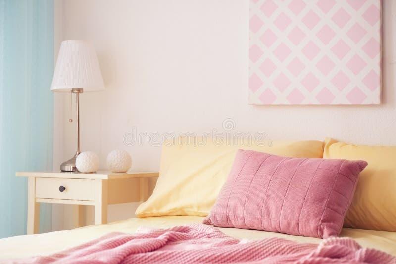 Comfortabel bed met zachte hoofdkussens royalty-vrije stock foto