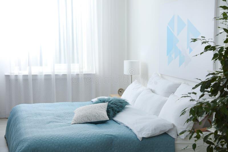 Comfortabel bed met zachte hoofdkussens in ruimte royalty-vrije stock foto's