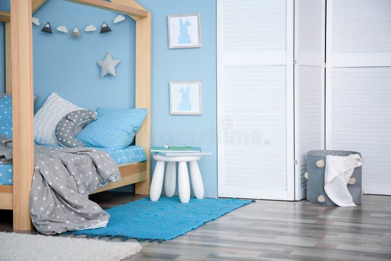 Comfortabel bed in moderne ruimte stock foto's