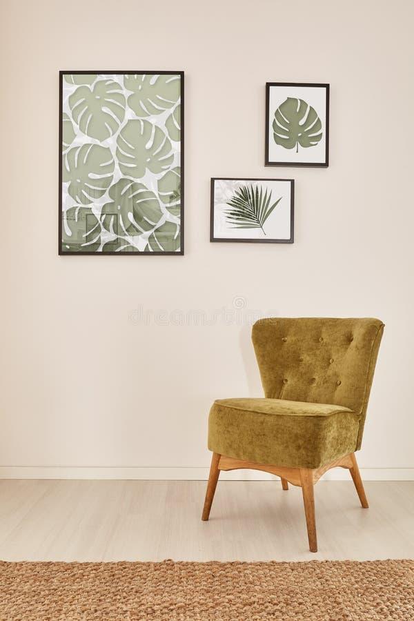 Comfortabel binnenland met groene leunstoel royalty-vrije stock afbeelding