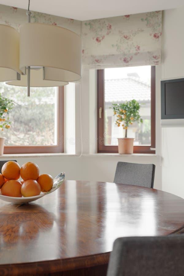 Comfortabel binnenland met rondetafel royalty-vrije stock foto