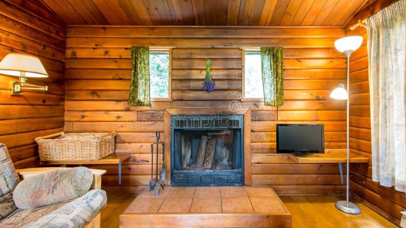Comfortabel binnenland van een rustiek blokhuis royalty-vrije stock foto