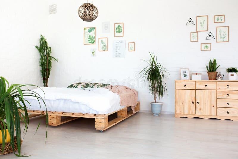 Comfortabel binnenlands ontwerp van moderne zitslaapkamer in Skandinavische stijl Een ruime reusachtige ruimte in lichte kleuren  stock afbeeldingen