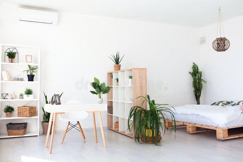 Comfortabel binnenlands ontwerp van moderne zitslaapkamer in Skandinavische stijl Een ruime reusachtige ruimte in lichte kleuren  royalty-vrije stock foto's