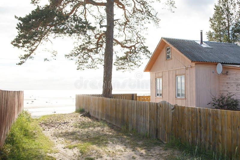 Comfortabel buitenhuis voor vakantie op de kust in een concept van de pijnboom bosmakelaardij stock fotografie