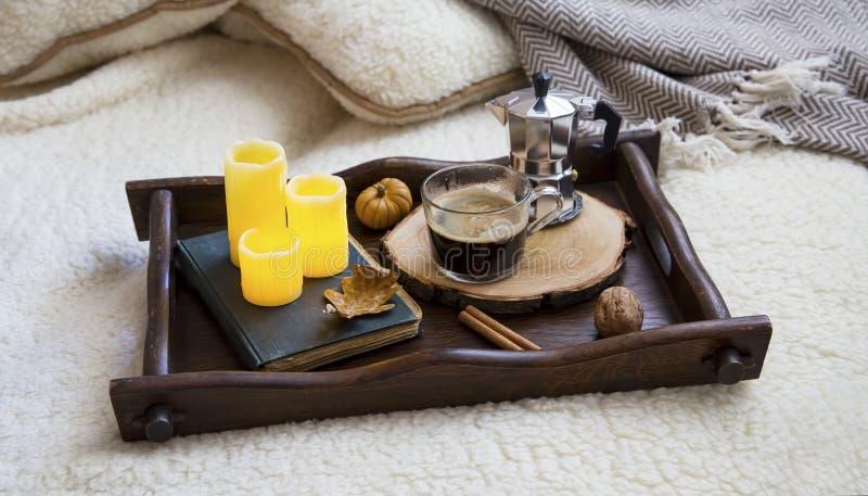 Comfortabel daling of de winter binnenlands stillevendecor met koffie en ca royalty-vrije stock afbeelding