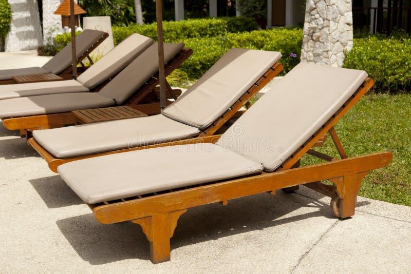 Comfortabel daybed door de pool royalty-vrije stock foto