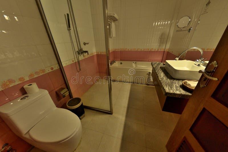 Comfortabel de badkamerstoilet van de de dienstflat stock fotografie