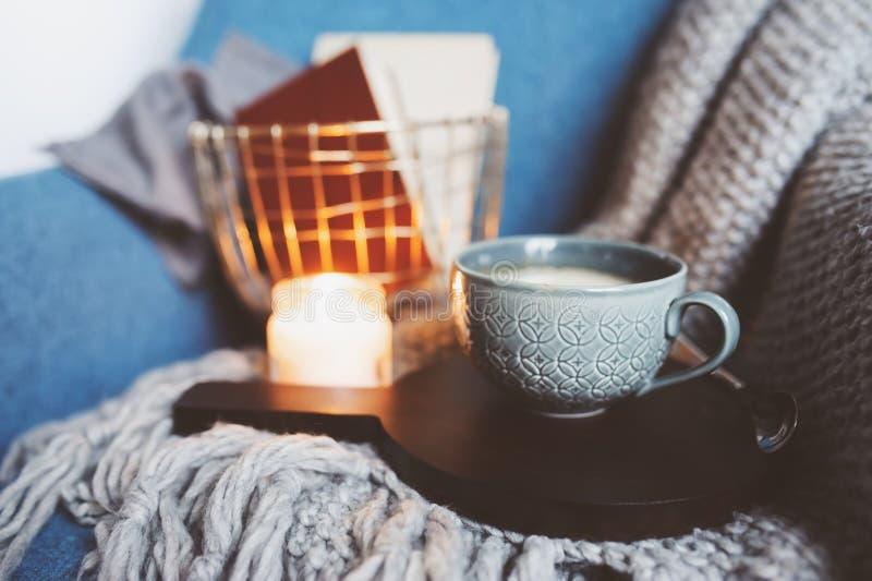 Comfortabel de winterweekend thuis De ochtend met koffie of cacao, boeken, verwarmt gebreide algemene en noordse stijlstoel Hygge stock afbeelding
