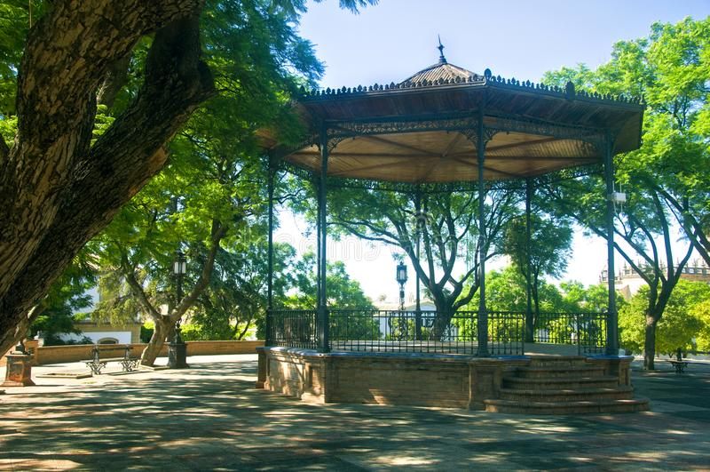 Comfortabel de zomerpaviljoen in het park, zonnige dag stock foto