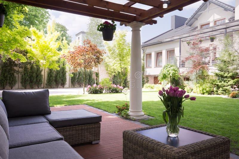 Comfortabel en elegant terras royalty-vrije stock afbeeldingen