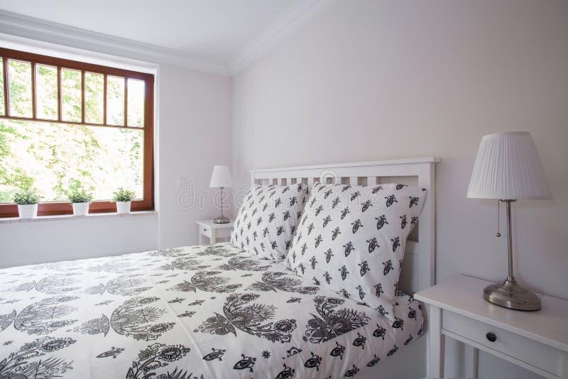Comfortabel en keurig bed royalty-vrije stock foto