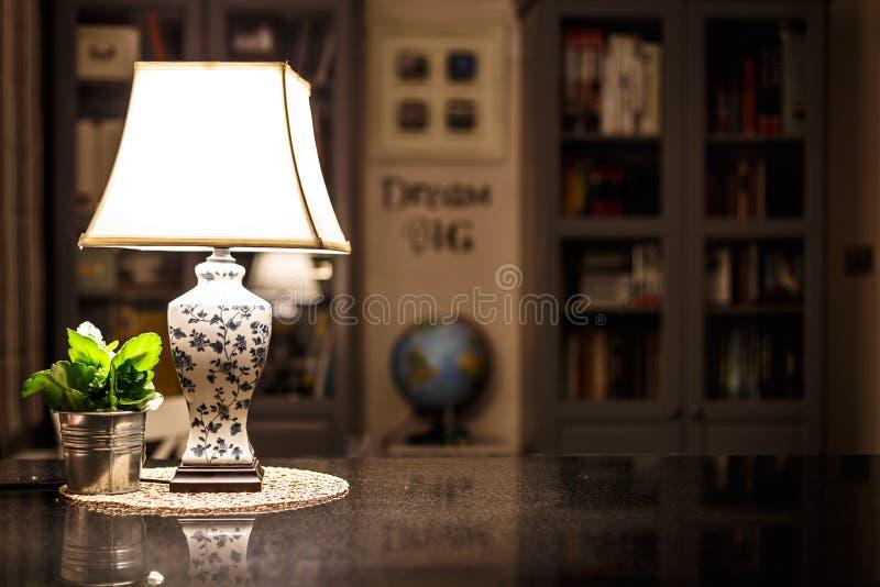 Comfortabel Engels huisbinnenland in de nacht stock foto