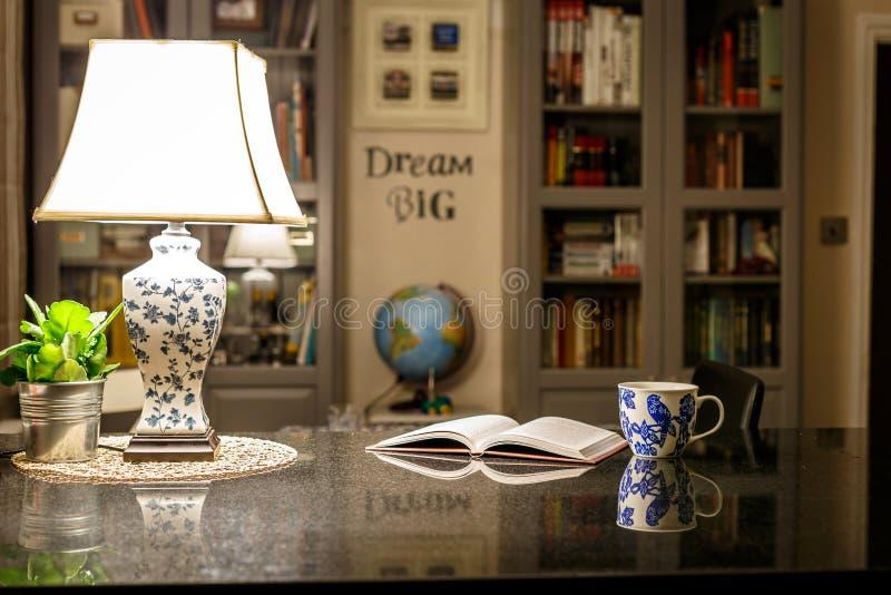 Comfortabel Engels huisbinnenland in de nacht stock fotografie
