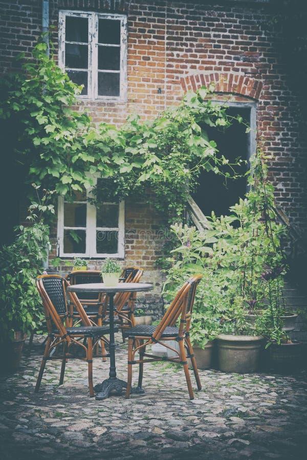 Comfortabel Frans Koffieterras in Oude Kleine Europese Stad stock foto's