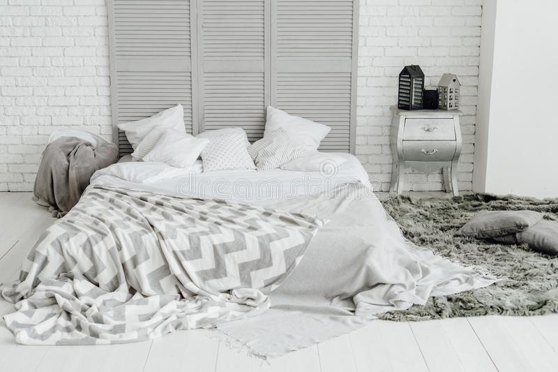 Comfortabel Grey Bedroom Interior Spacious Room-Ontwerp royalty-vrije stock fotografie