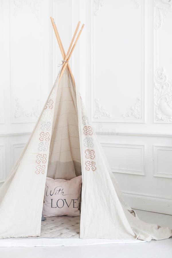 Comfortabel helder binnenland van de ruimte van de kinderen met een wigwam royalty-vrije stock afbeelding