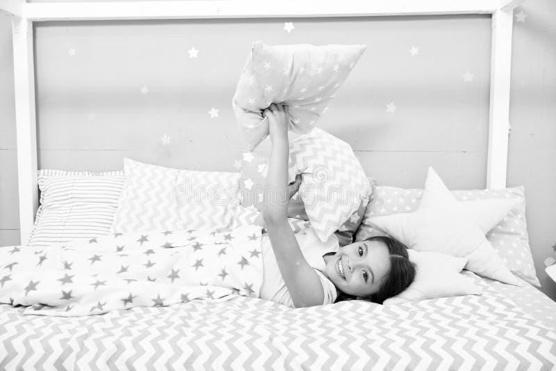 Comfortabel hoofdkussen Legt het meisjes glimlachende kind het patroonhoofdkussens van de bedster en plaidslaapkamer Beddegoed vo royalty-vrije stock foto