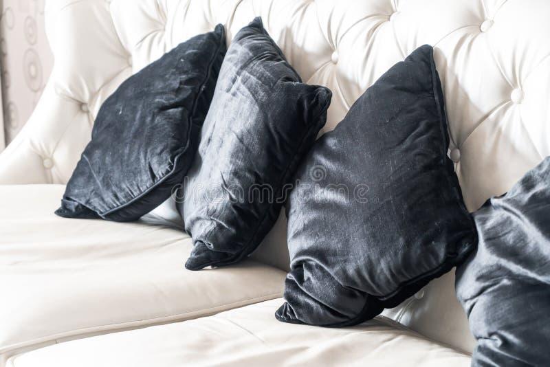 Comfortabel hoofdkussen op bank royalty-vrije stock fotografie