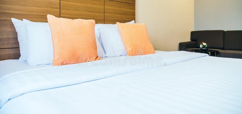 Comfortabel hoofdkussen op bed royalty-vrije stock foto