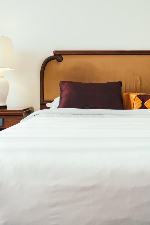 Download Comfortabel Hoofdkussen Op Bed Stock Afbeelding - Afbeelding bestaande uit hoofdkussen, rust: 107707545