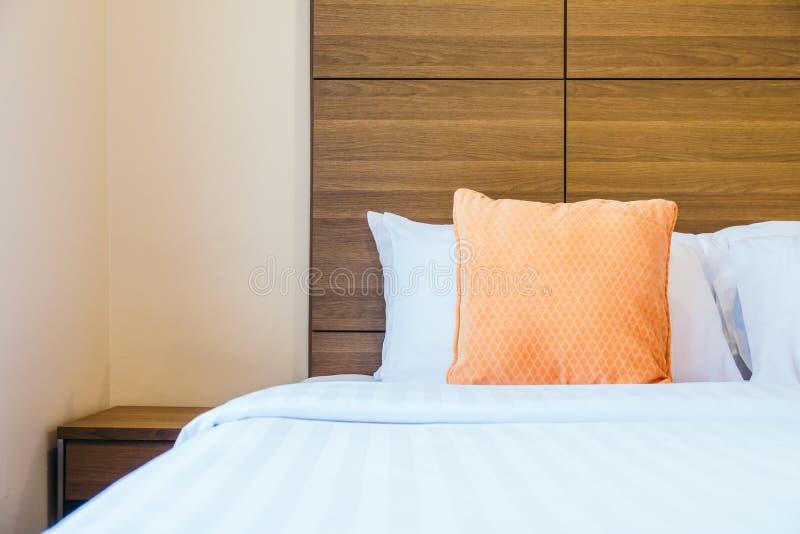Comfortabel hoofdkussen op bed stock fotografie