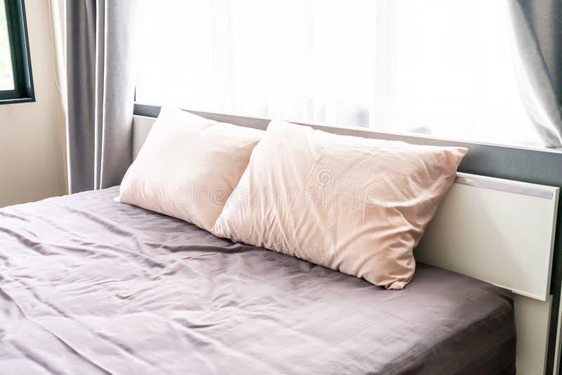 Comfortabel hoofdkussen op bed royalty-vrije stock afbeeldingen