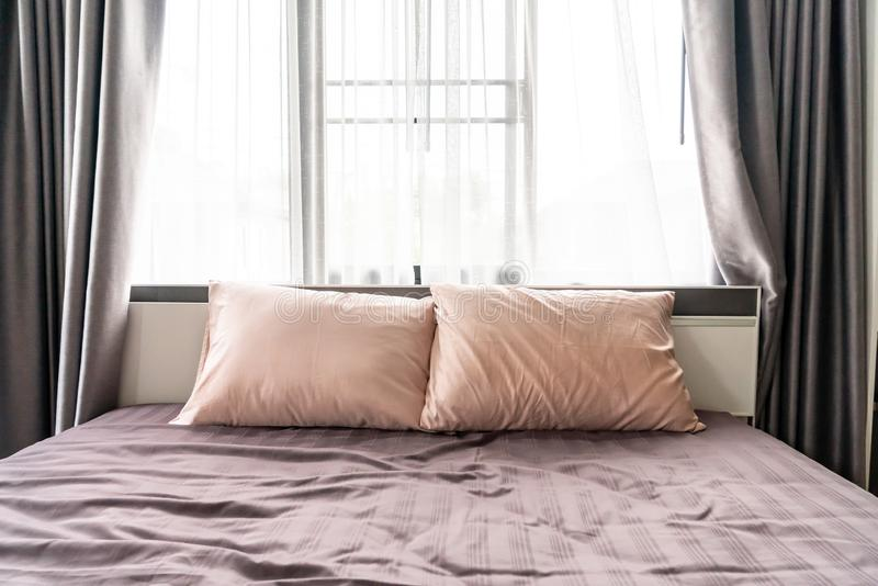 Comfortabel hoofdkussen op bed royalty-vrije stock fotografie