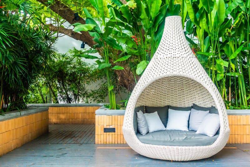 Comfortabel hoofdkussen op het openluchtterras van de bankdecoratie royalty-vrije stock afbeelding