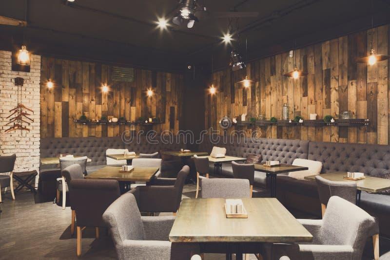 Comfortabel houten binnenland van restaurant, exemplaarruimte stock afbeeldingen