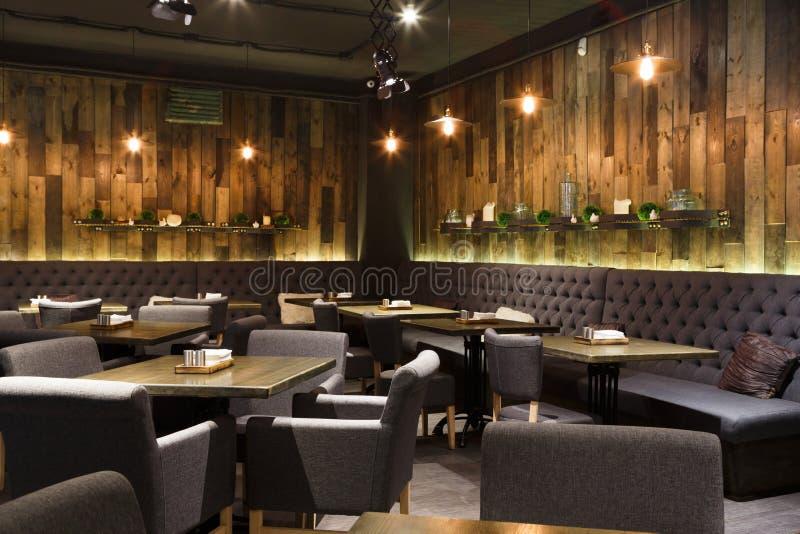 Comfortabel houten binnenland van restaurant, exemplaarruimte royalty-vrije stock afbeeldingen