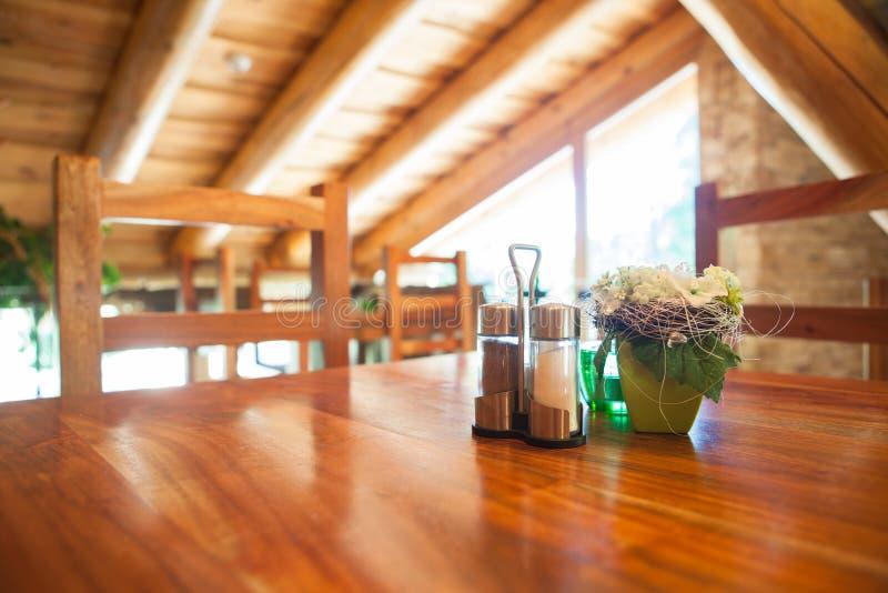 Comfortabel houten restaurant royalty-vrije stock afbeelding